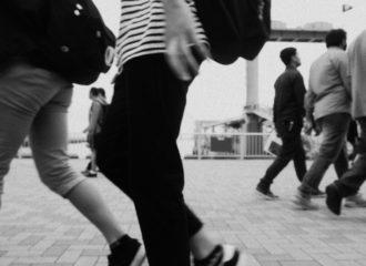 メリケンパーク 歩く人の写真